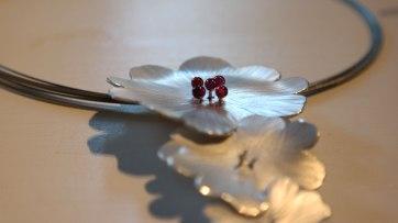 Silberblumen gehämmert mit Granat-Pollen