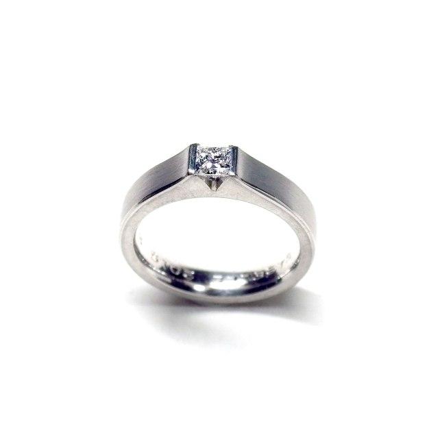 Verlobungsring aus Weissgold mit Diamant