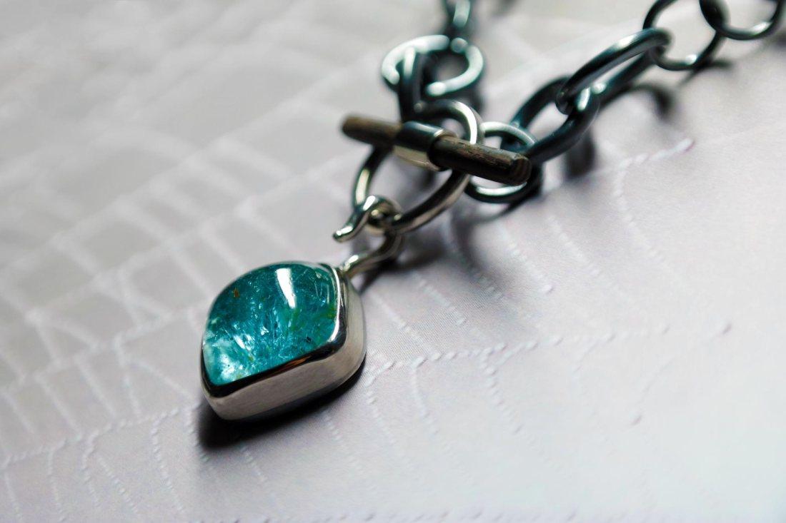 Aquamarin-mit-geschwärzter-Silberkette