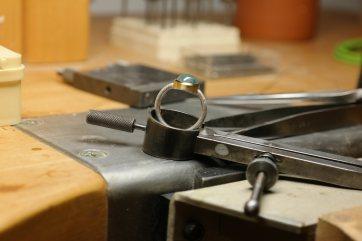 Ein fast fertiger Ring auf dem Werktisch