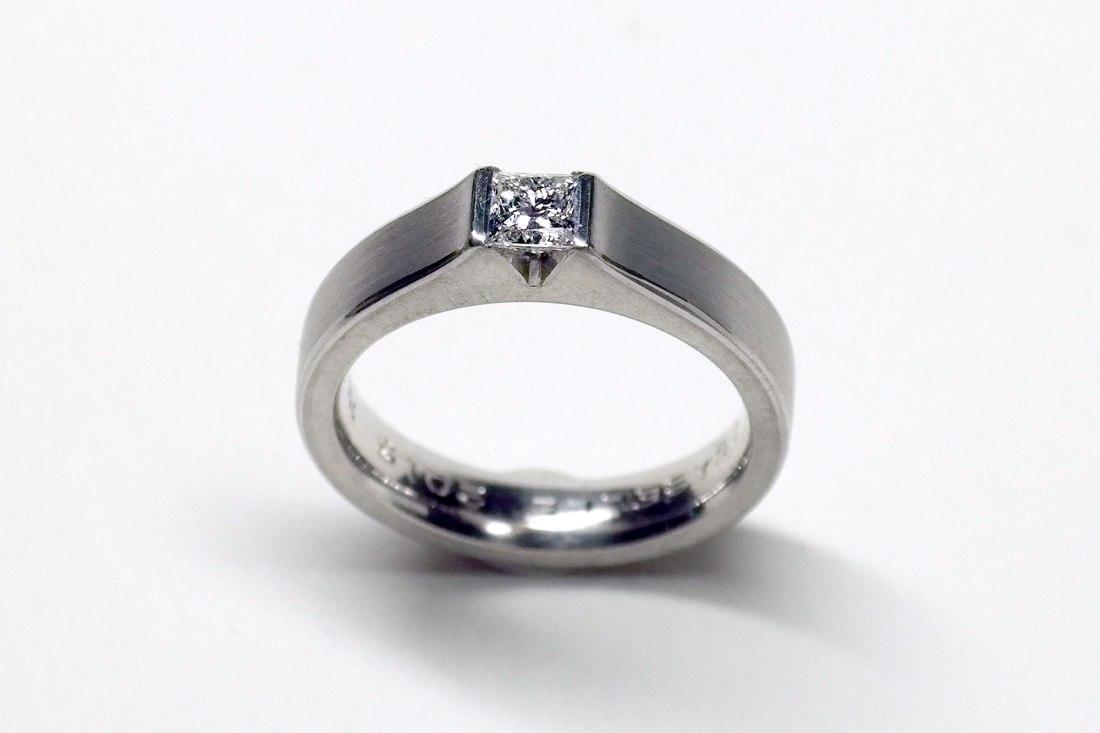 Silberring-mit-Brillant-in-Dreieck-3