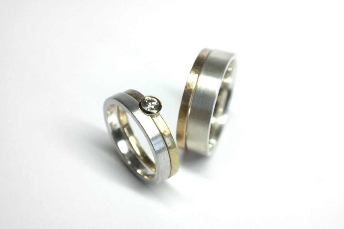 zwei-Gold-Silbersteck-Eheringe