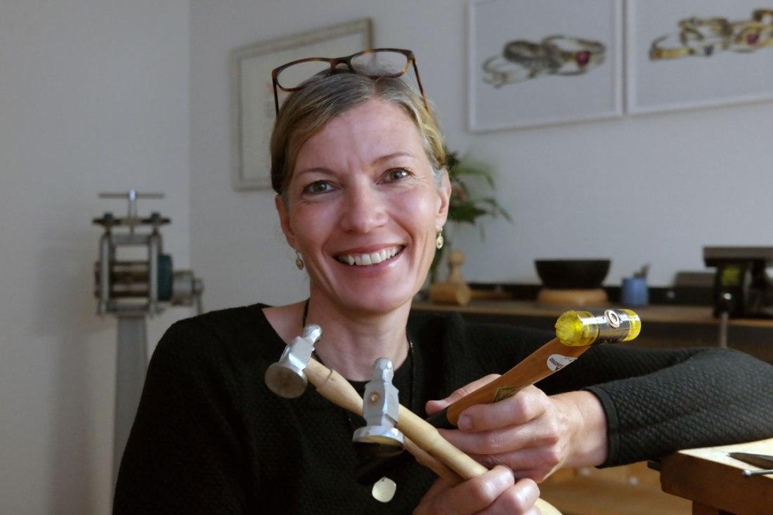 Andrea-Stork-in-der-Werkstatt-mit-Haemmern