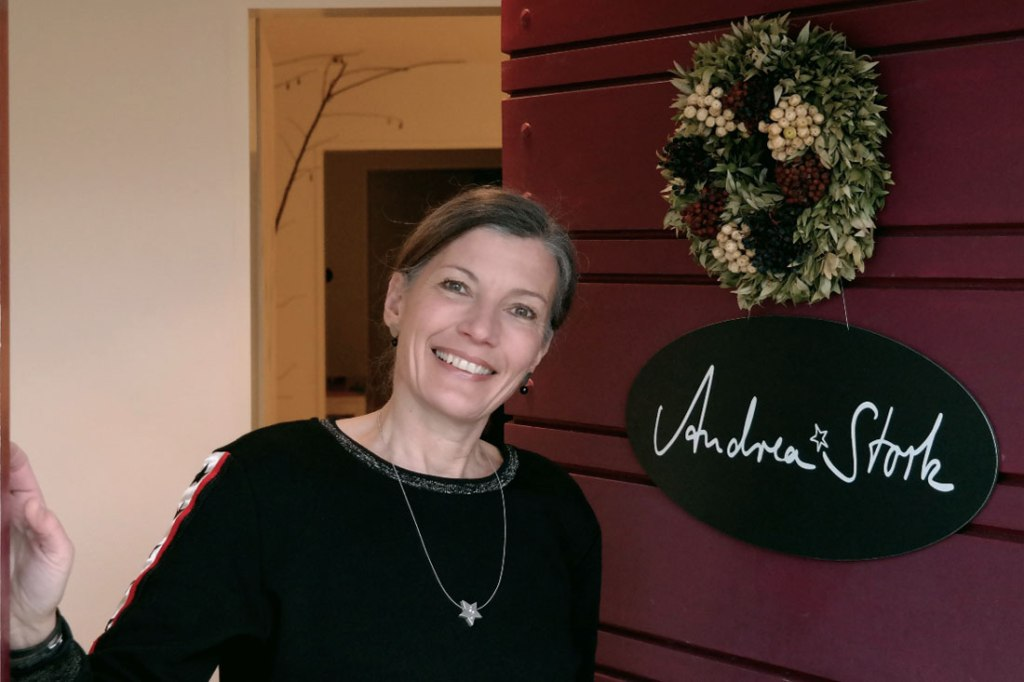 Andrea-Stork-im-Eingang
